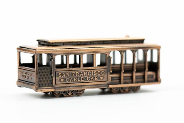 Gegoten stuk speelgoed de kabelwagen van san francisco van het kopersymbool die op wit wordt geïsoleerd