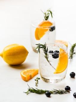 Gegoten watermix van sinaasappel en bosbes