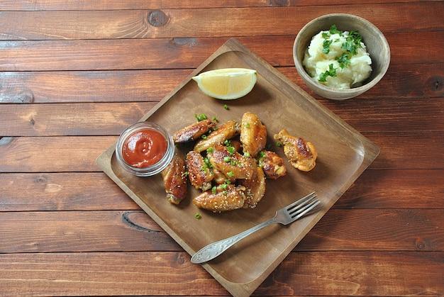 Gegrild, barbecue kippenvleugels, lekker eten voor diner of lunch. gebakken kippenvleugels met sesamzaadjes. fast food concept