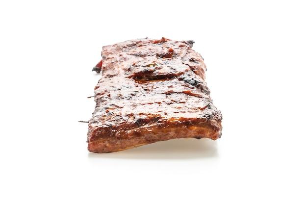 Gegrild en barbecue ribben varkensvlees geïsoleerd op wit