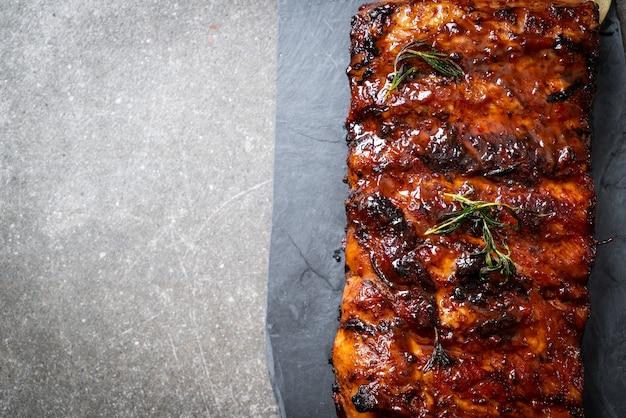 Gegrild varkensvlees en barbecue ribben