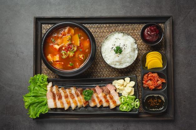 Gegrild varkensvlees geserveerd met saus in koreaanse stijl