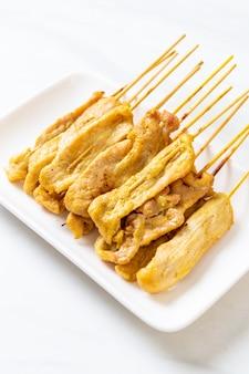 Gegrild varkensvlees geserveerd met sauzen