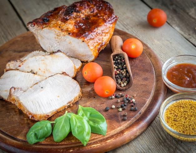 Gegrild varkensvlees met verse groenten