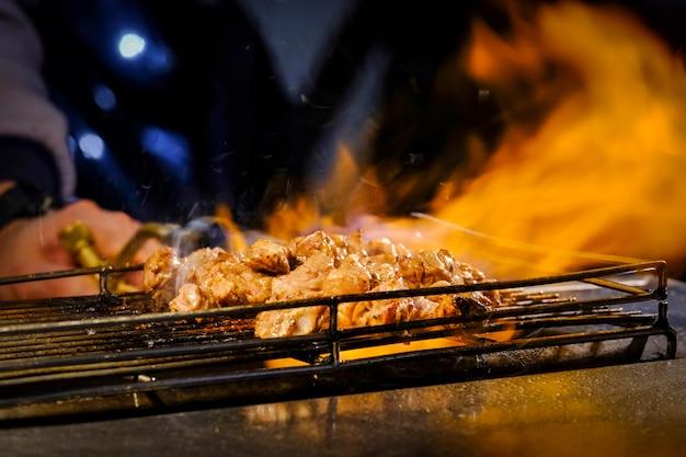 Gegrild varkensvlees op grill bij straatvoedsel taipei /