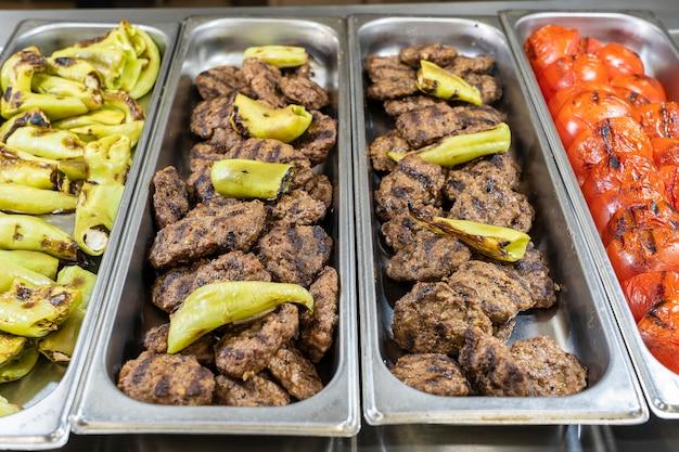 Gegrild vlees en groenten in een dienblad, close-up. voedselconcept