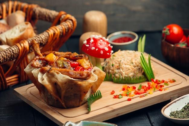 Gegrild vlees en groenten in lavash canapé met rijst garnituur.