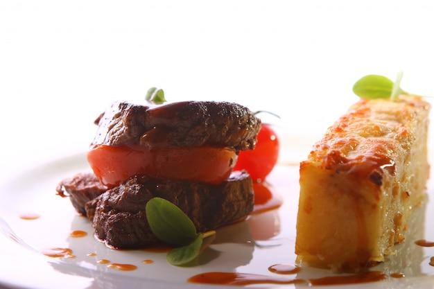 Gegrild vlees geserveerd in een gastronomische stijl