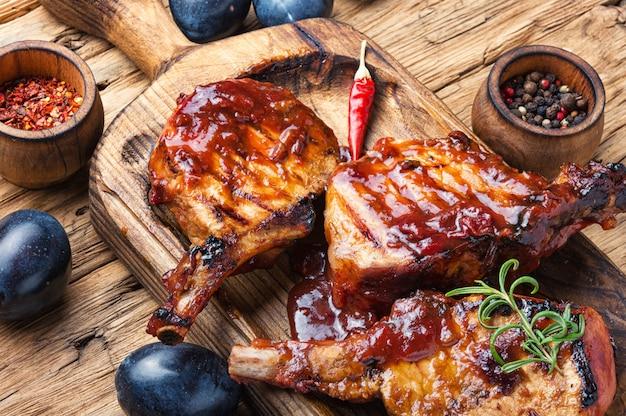 Gegrild vlees in pruimensaus