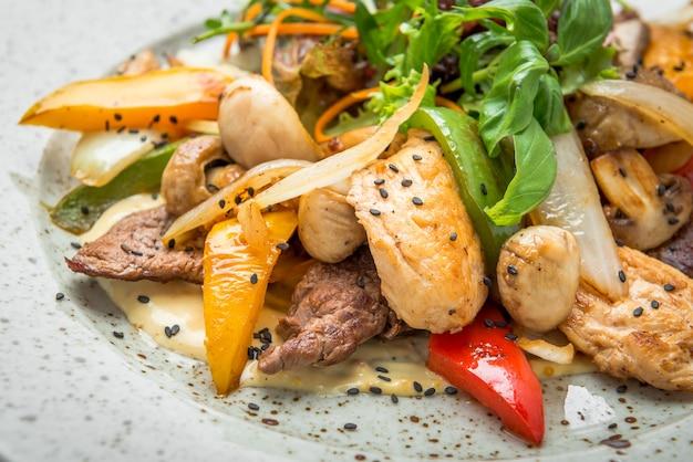 Gegrild vlees met geroosterde groenten