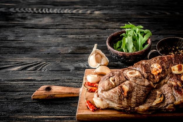 Gegrild vlees op een tafel