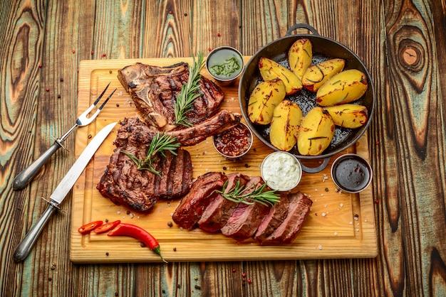 Gegrild vlees, porkchop met aardappelen in de pan