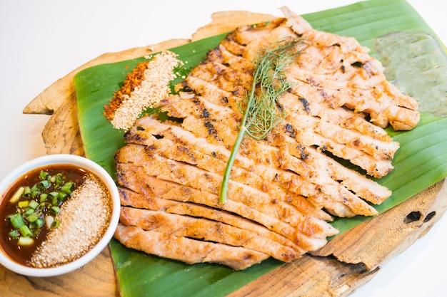 Gegrild vlees van nekvlees met pikante saus
