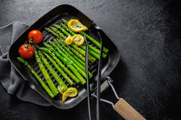 Gegrilde asperges op grillpan