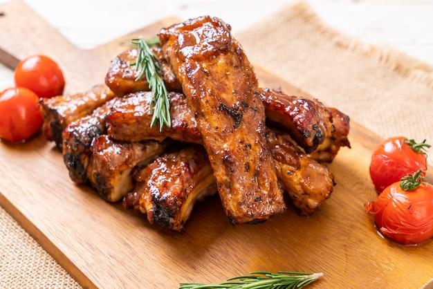 Gegrilde barbecue ribben varkensvlees