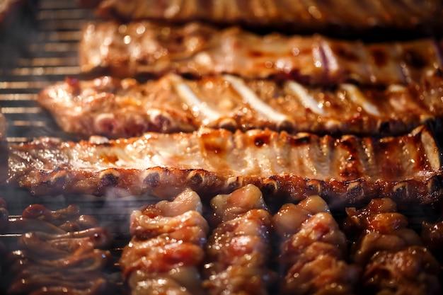 Gegrilde barbecueribben op de grill
