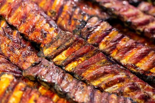 Gegrilde bbq varkensribbetjes op de grill