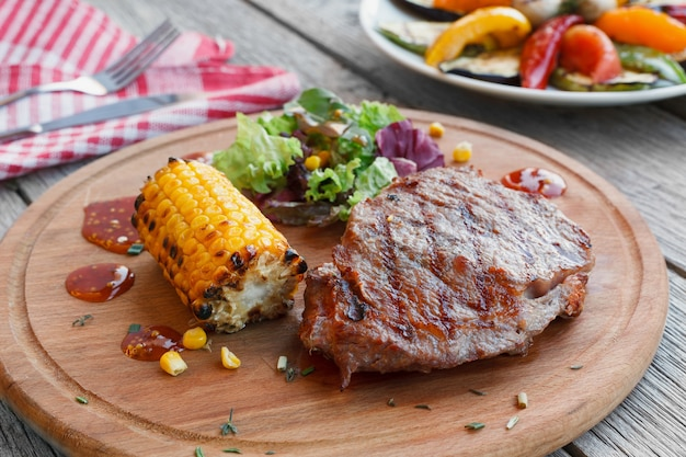 Gegrilde biefstuk en geroosterde groenten