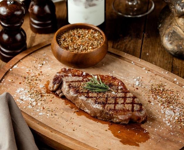 Gegrilde biefstuk gegarneerd met gedroogde kruiden en zout