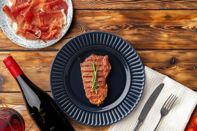 Gegrilde biefstuk geserveerd op blauw bord