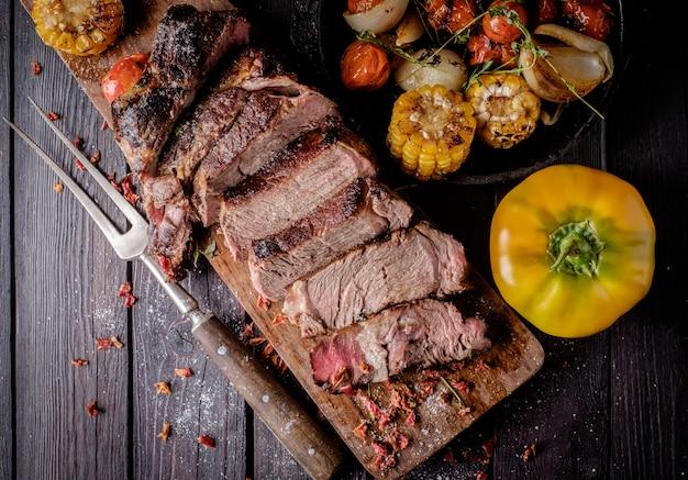 Gegrilde biefstuk gesneden op een snijplank.
