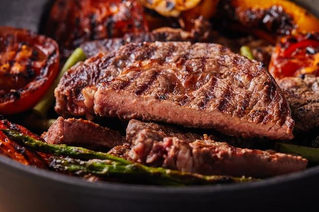 Gegrilde biefstuk in een zwarte pan met gebakken groenten