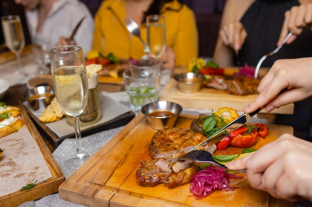 Gegrilde biefstuk lendenstuk en pepersaus op snijplank op donkere houten achtergrond.