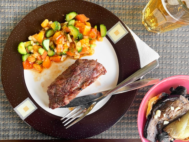 Gegrilde biefstuk met groenten op plaat.