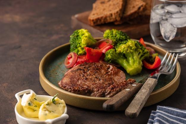 Gegrilde biefstuk met groenten. vlees met gegrilde paprika, broccoli en uien