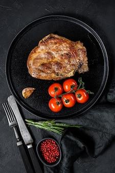 Gegrilde biefstuk met tomaten.