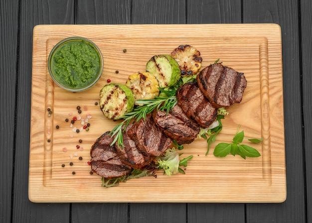 Gegrilde biefstuk op snijplank