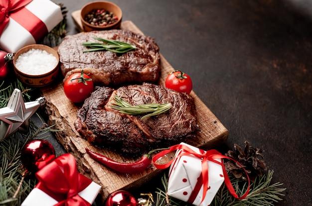 Gegrilde biefstuk ribeye en cadeaus voor kerstmis