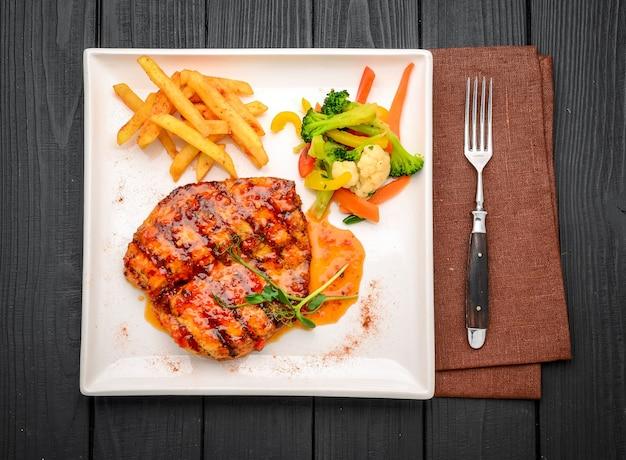 Gegrilde biefstuk van de kippenborst met groenten in een restaurant