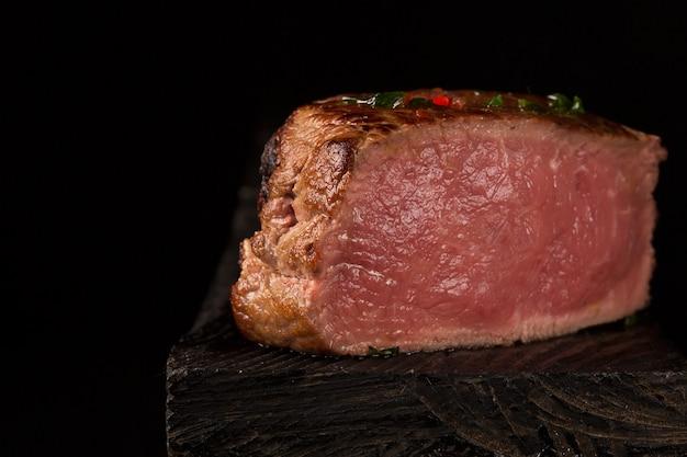 Gegrilde biefstuk vlees op de houten ondergrond
