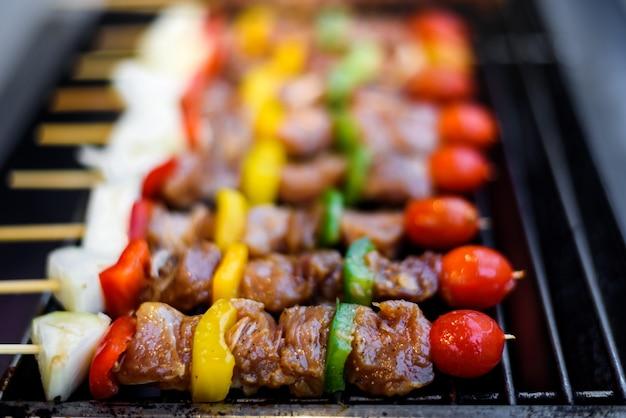 Gegrilde brochettes van vlees en groenten op de grill