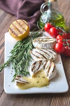 Gegrilde camembertkaas met olijfolie en rozemarijn