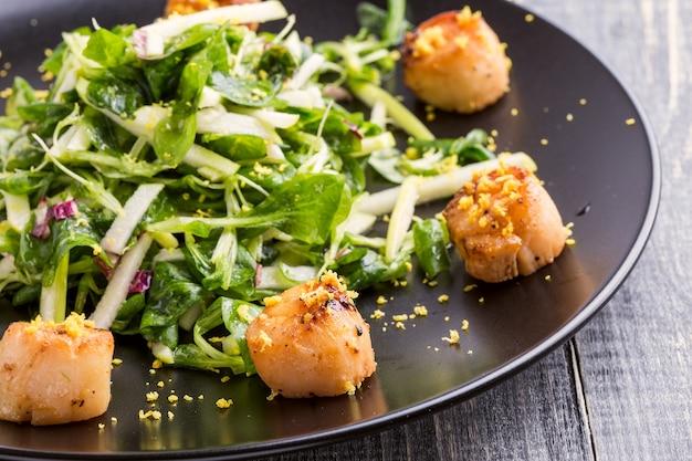 Gegrilde coquilles met knapperige groene salade