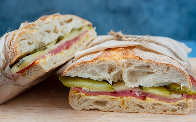 Gegrilde cubaanse sandwich met augurken, kaas en ham, close-up