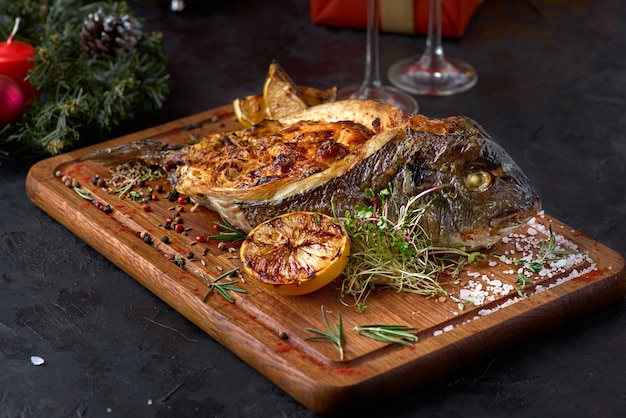 Gegrilde dorado vis gevuld met verschillende groenten.