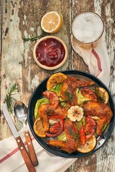 Gegrilde drumstick van kip in pittige marinade met toevoeging van chili