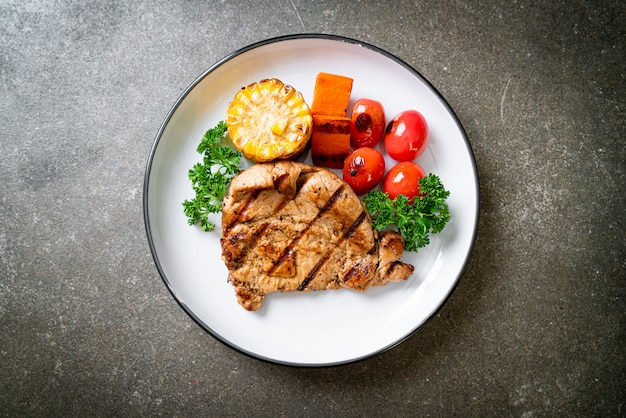 Gegrilde en barbecue filet steak met groenten