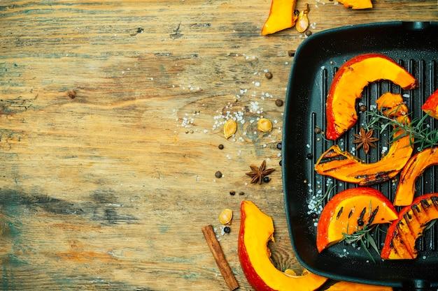 Gegrilde en gebakken pompoenbanner. herfstoogst van groenten en pompoengerechten.