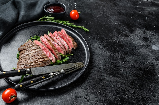 Gegrilde en gesneden biefstuk met kruiden