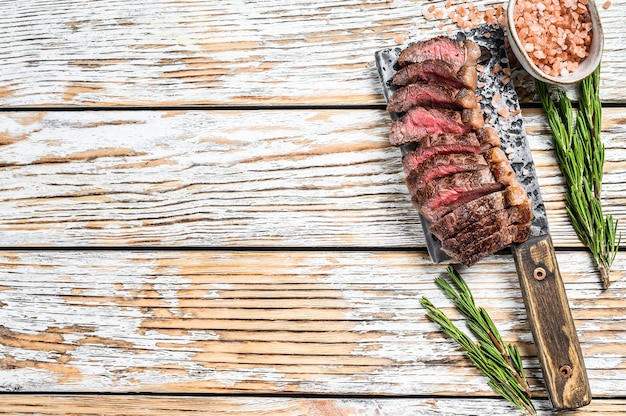 Gegrilde entrecote of picanha steak op een vleesmes met kruiden