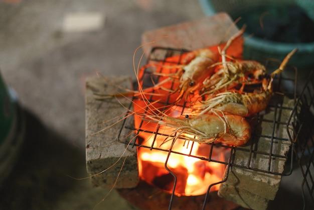 Gegrilde garnalen, garnalenbarbecue over aziatische houtskoolfornuis