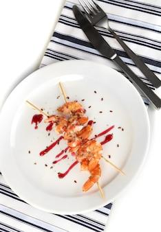 Gegrilde garnalen met saus op plaat op wit wordt geïsoleerd