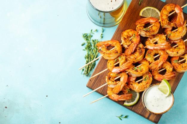 Gegrilde garnalen of garnalen geserveerd met limoen.
