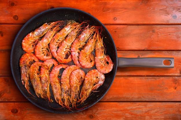 Gegrilde garnalen zeevruchten in de ronde pan