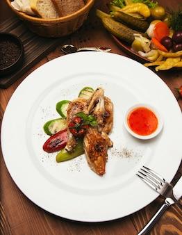 Gegrilde, gebraden kipsteaks en groenten in witte plaat met saus