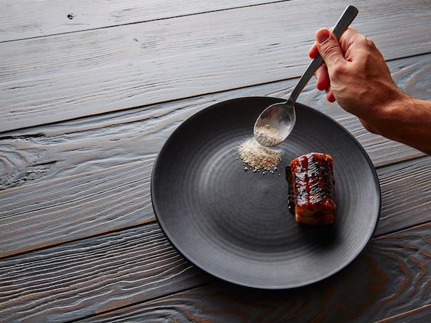 Gegrilde gerookte paling op zwarte plaat
